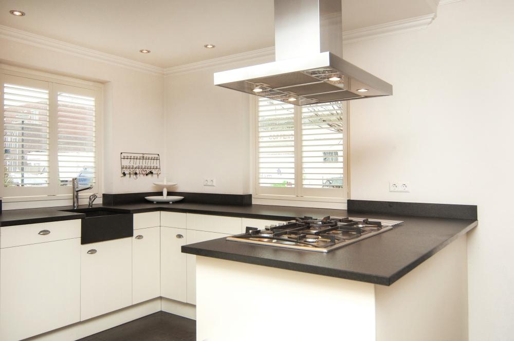 Raambekleding Keuken : Raambekleding Keuken: Shutters en houten jaloezie?n in uw keuken